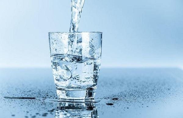 đau họng uống nước gì