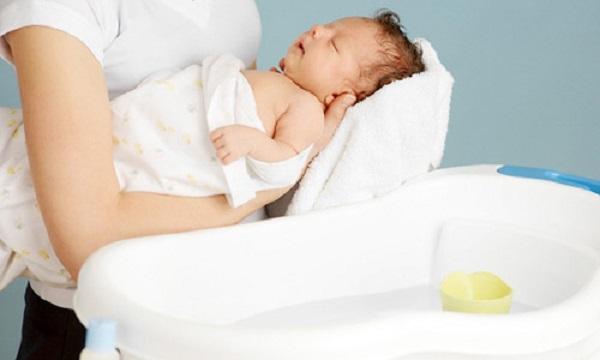 Trẻ bị viêm phế quản có được tắm không