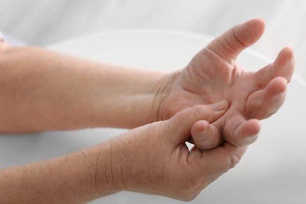 Tê tay chân là bệnh gì? Nguyên nhân, triệu chứng, cách chữa tê chân tay
